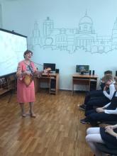 25 мая в Центральной детской городской библиотеке проходило мероприятие, посвященное Дню читателя.Перед школьниками выступила - Лариса Берёза, член лиги Курских писателей.