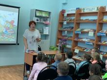 Выступление члена Лиги курских писателей при КРО СПС России Татьяна Страховой перед до школьниками в 9-й библиотеке г. Курска 26 мая